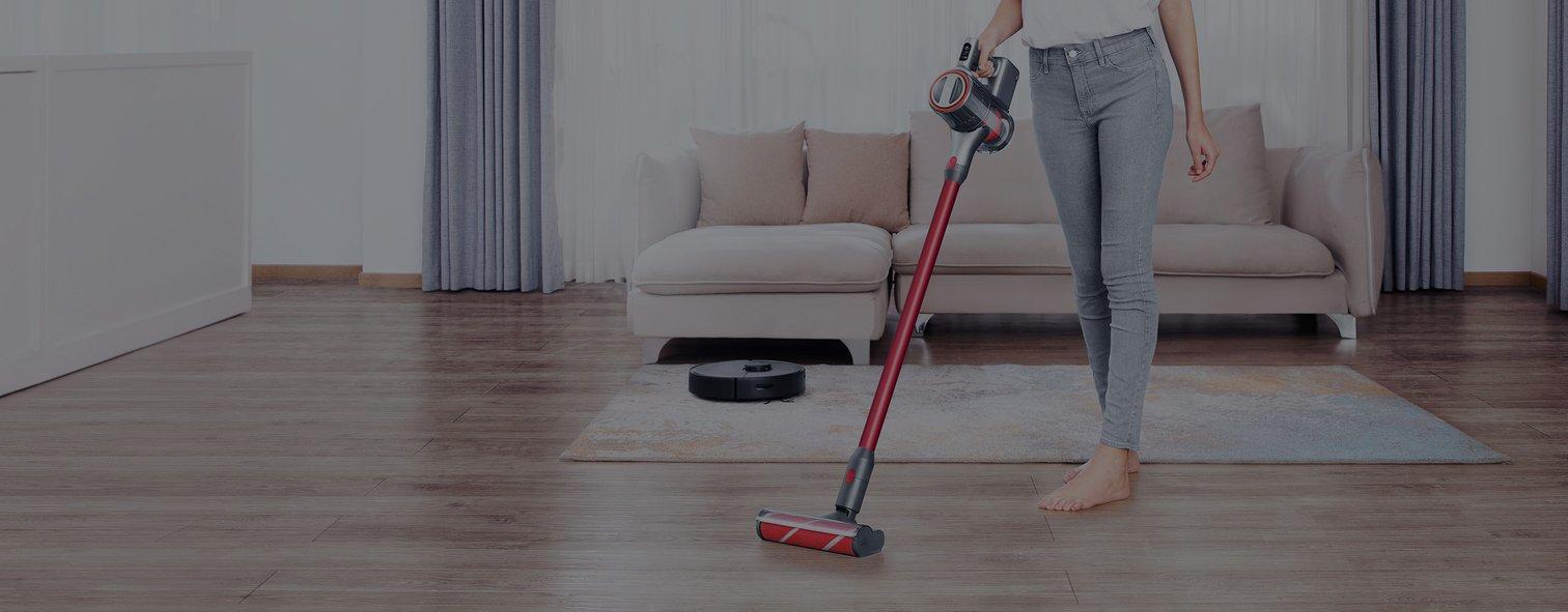 Kobieta sprząta podłogę mieszkania Roborockiem H6.